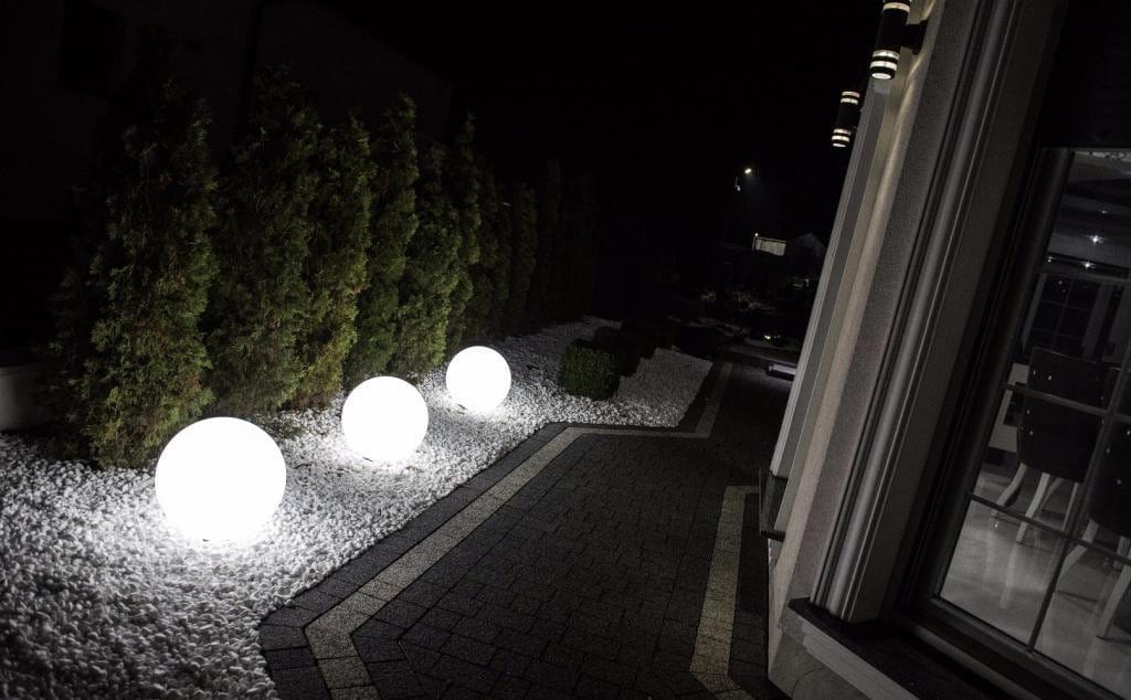 Świecące kule ogrodowe światło białe .
